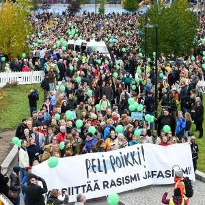 Folkmassor marscherar mot rasism i Helsingfors.
