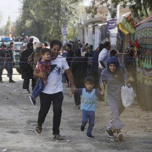 Människor flyr efter en självmordsattack i Kabul