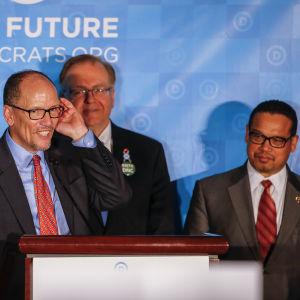 Demokraternas nyvalda ordförande Tom Perez (t.v.) och vice ordförande Keith Ellison (t.h.)