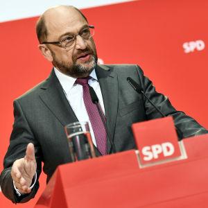 Martin Schulz i en talarstol.
