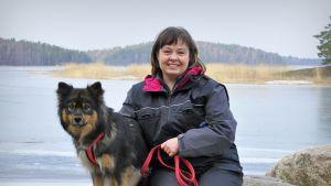Terhi Niittyaro-Pettersson med hunden Wiima