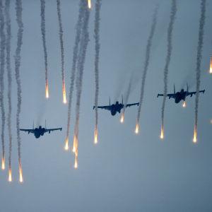Stridsflygplan övar under militärövningen Zapad.