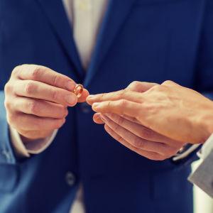 Två män ingår äktenskap