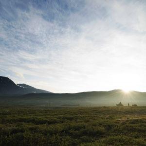 Aamu sarastaa tunturialueella Ruotsin Lapissa.