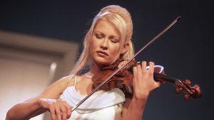 Linda Lampenius soittaa viulua valkoisessa mekossa vuonna 2001