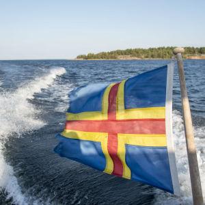 Ålands flagga på båt.