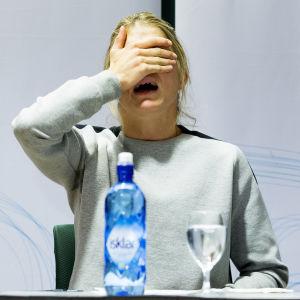 Therese Johaug gråter förtvivlat på presskonferens.