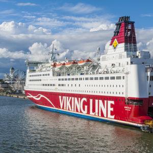 Viking Lines fartyg Mariella ligger vid kajen i hamnen i Helsingfors.