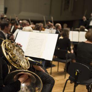 En valthornist följer med Leif Segerstam som dirigerar Åbos filharmoniker.