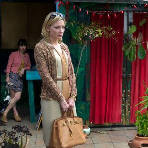 Cate Blanchett elokuvassa Blue Jasmine, taustalla Sally Hawkins