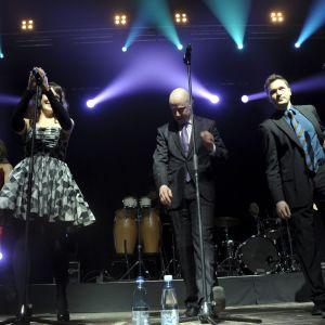 Ultra Bra uppträder under en stödkonsert för presidentkandidat Pekka Haavisto i januari 2012.