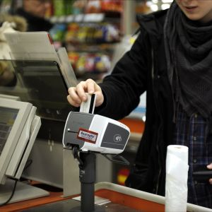 En person köper något, betalar med kort