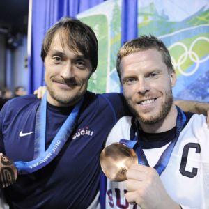 Teemu Selänne och Saku Koivu visade efter OS 2010 upp sina bronsmedaljer.