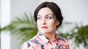 Kasvokuva kirjallisuudentutkija, narratologi Maria Mäkelästä.