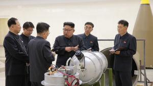 Nordkoreas ledare Kim Jong-Un inspekterar en del av det som sägs vara en vätebomb.