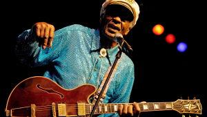 Chuck Berry uppträder i Mannheim i Tyskland i november 2008.