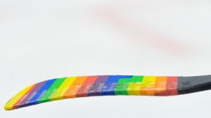 En ishockeyklubba i regnbågsfärger.