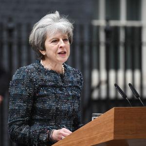 Theresa May håller tal utanför Downing Street 10.