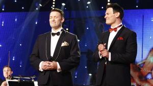 Seinäjoen Tangomarkkinoiden tangolaulukilpailun superfinalistit Marco Lundberg ja Markku Uhlbäck jännittävät tuloksia.