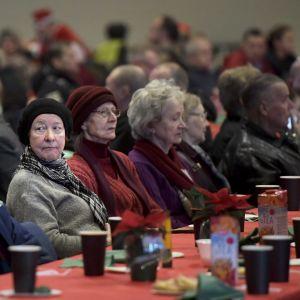 Besökare på de mindre bemedlades jul i Helsingfors mässcentrum