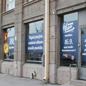 Restaurang Salves gamla lokal, tejpning i fönstret berättar att den flyttat