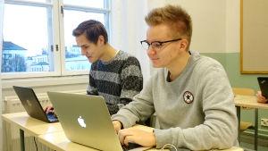 Elever som använder dator.