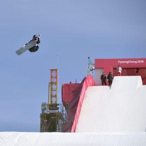 Enni Rukajärvi hoppar i kvalet i big air.