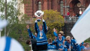 Mikko Koivu esittelee pokaalia maailmanmestaruusjuhlissa