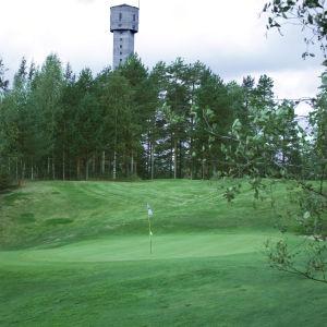 Keretin kaivostorni golfkenttämaisemassa.