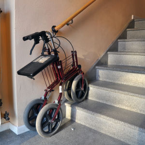 En rollator nedanför trappor.