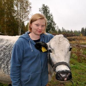 Skogsägare Jessica Granlund står med en av sina fjällkor.