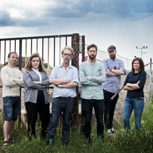 Kristoffer Holmberg, Emilia Nyberg, Erik Pöysti, Jonas Sundström, Petri Horttana, Nina Hanson står vid en byggarbetsplats.