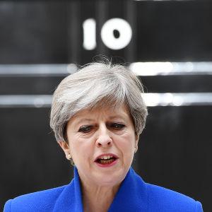 Theresa May utanför premiärministerns tjänstebostad dagen efter parlamentsvalet 2017.