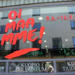Kuopion taidemuseon Oi maamme! -näyttelyn ikkunateippaus.
