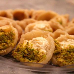Qatayef är en bakelse fylld med grädde och nötter.