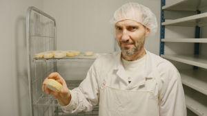 Ostmästare Thierry Jung visar färdig crotin-ost vid Fiskarsin Juustola.