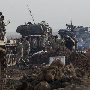 Turkiska stridsvagnar förbereds för angrepp mot kurdiska enklaven i Afrin i norra Syrien.