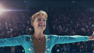 Tonya Harding i en segerposé på isen.