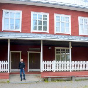 Johan Ahlkvist vid Södra Vallgrund gamla skola.
