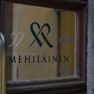 Skyltar med Mehiläinens firmanamn och logo.