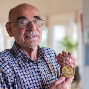 Eugen Ekman med sin guldmedalj från olympiska spelen i Rom 1960.