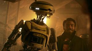 L3-37 (Phoebe Waller-Bridge) och Lando Calrissian (Donald Glover) i närbild.