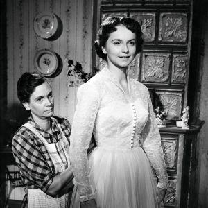 Eila Peitsaloa puetaan morsiuspukuun elokuvassa Poika eli kesäänsä.