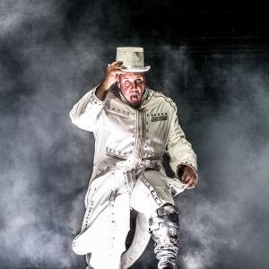 Till Lindeman, sångaren i Rammstein i en vit kostym på scenen på Rock Fest