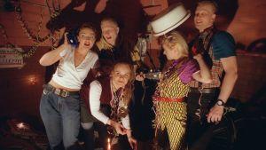 Mari Perankoski, Tuukka Huttunen, Elisa Salo, Kolina Seppälä ja Juha Junttu Kalapuikkokeitto-sarjan lavasteissa kynttilänvalossa