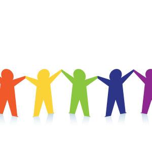 Fem pappersfigurer i olika färger håller varandra i händerna.