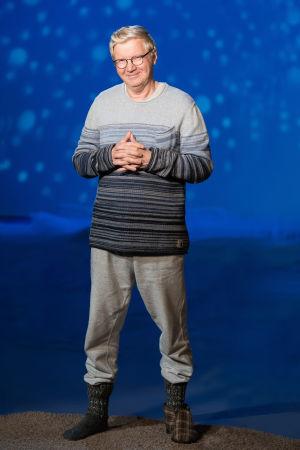 Pirkka-Pekka Petelius seisoo studiossa.