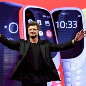 Arto Nummela, vd på HMD global presenterar nya telefoner inför mässa i Barcelona