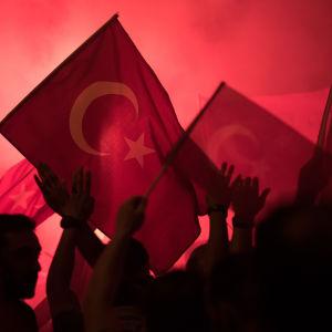 Demonstranter på Taksimtorget i Istanbul sjunger och firar att statskuppen misslyckades.