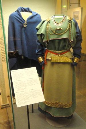 En återskapning av Eura-dräkten på Nationalmuseet i Helsingfors.
